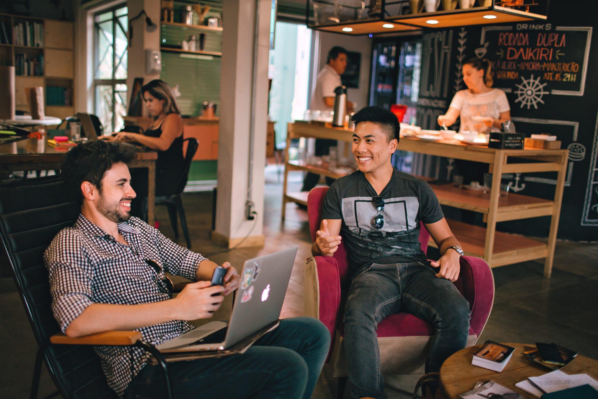 Mobiles Arbeiten ermöglicht es, Projekte auch in Cafes zu verwirklichen.