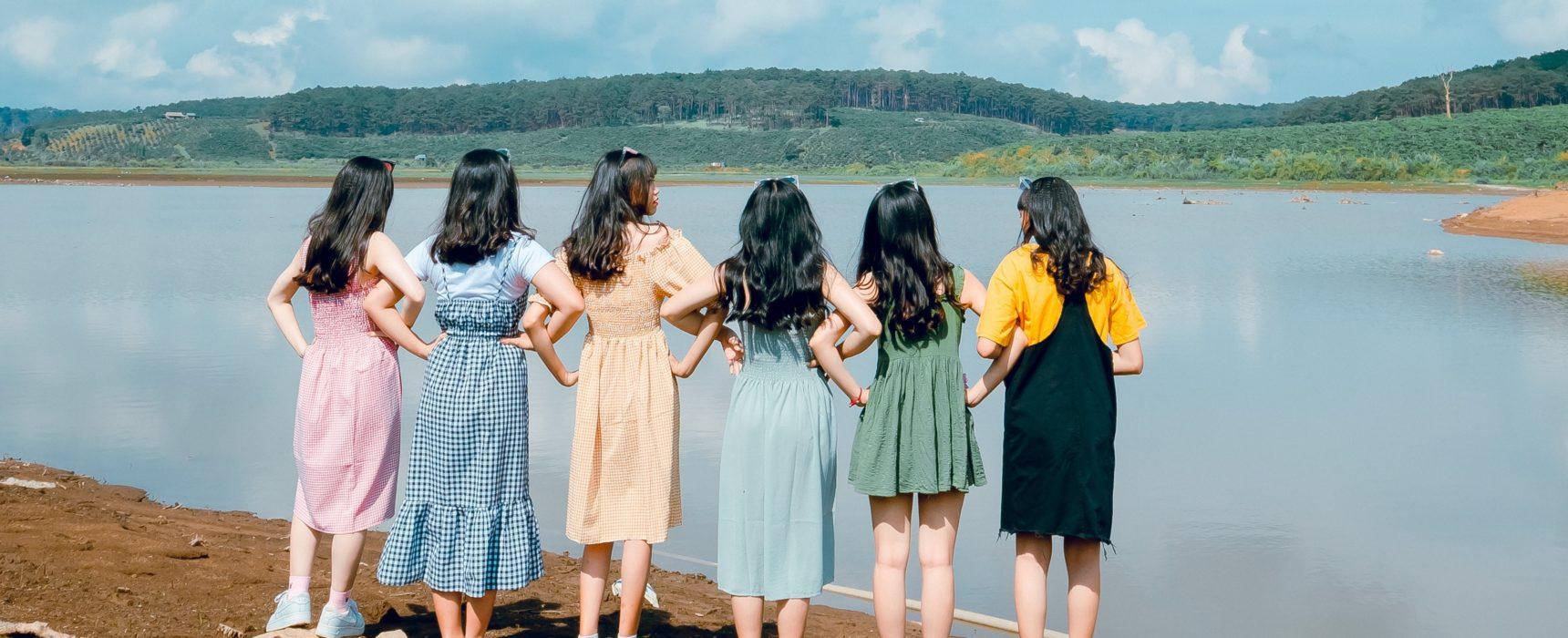 Eine Gruppe Mädchen befreundet sich
