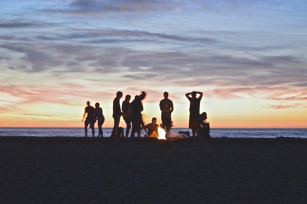 Der Sonnenuntergang mit Freunden