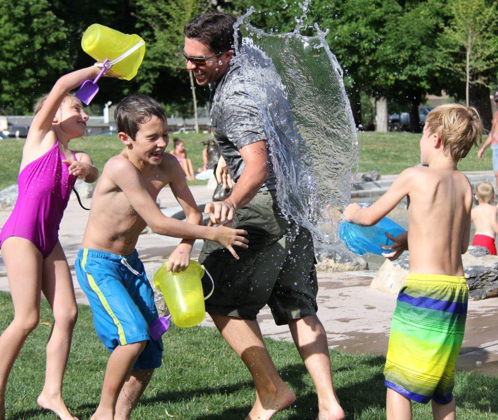 Wasserschlachten lieben alle Kinder.