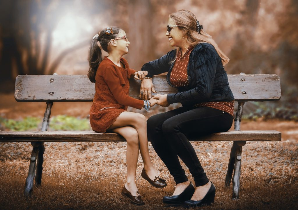 Eltern sprechen mit Kindern über ihre Fragen und Ängste.