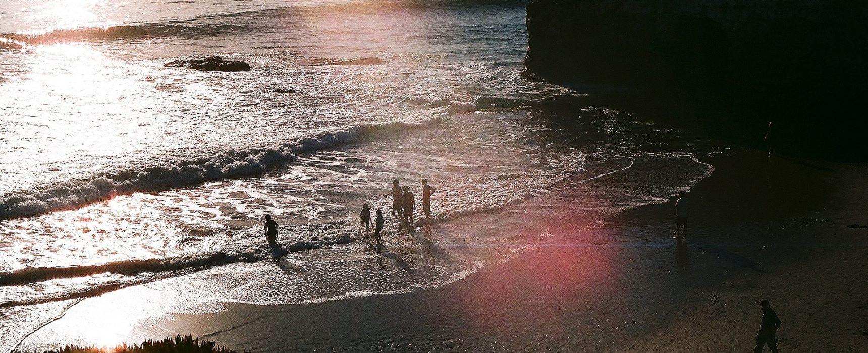 Kinder bewundern den Sonnenuntergang