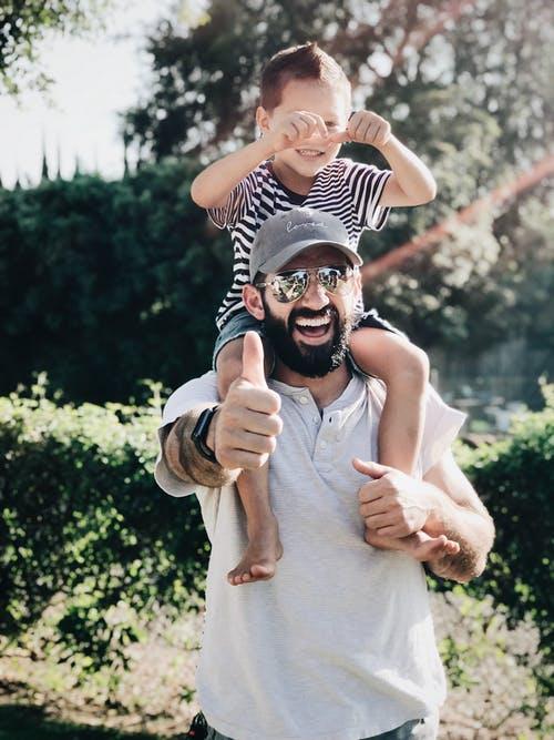 Vater und Sohn freuen sich gleichermaßen über tolle Ferienangebote.