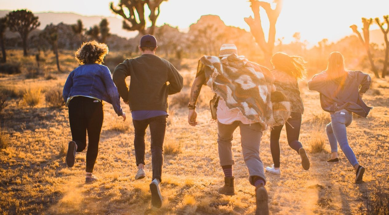 Kinder rennen in den Sonnenuntergang