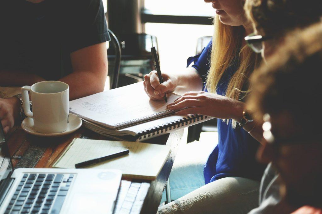 Mitarbeiterinnen wünschen sich eine bessere Vereinbarkeit von Beruf und Familie. Ihre Wunschvorstellungen unterscheiden sich sehr stark von den jeweiligen Ist-Zuständen.