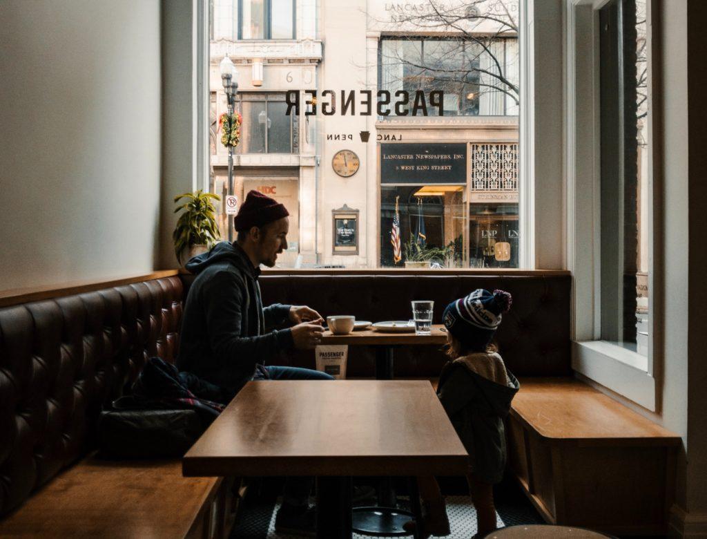 Mobiles Arbeiten soll zur besseren Vereinbarkeit von Beruf und Familie beitragen. Interessanterweise abreiten Leute im Home Office durchschnittlich vier Wochenstunden mehr.
